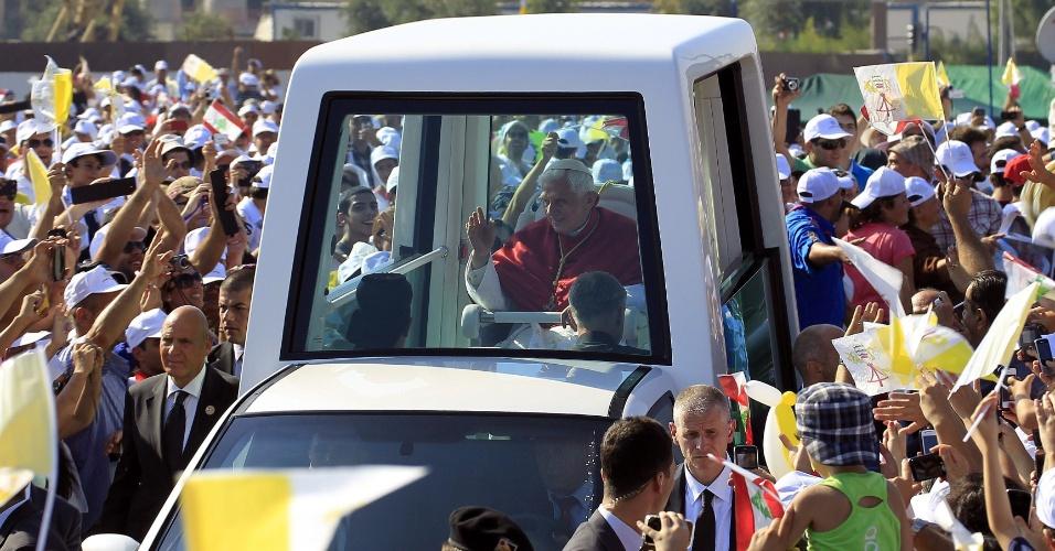 16.set.2012 - A bordo do papa-móvel, o papa Bento 16 é cercado por uma multidão de fiéis em Beirute, capital do Líbano, neste domingo (16), pouco antes de celebrar uma missa ao ar livre