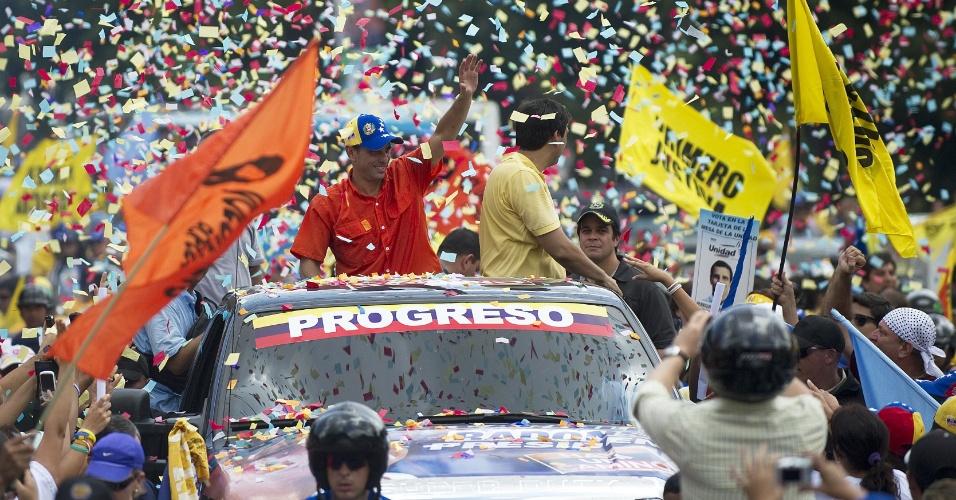 16.set.2012 - Adversário de Hugo Chávez nas eleições presidenciais da Venezuela, o candidato Henrique Capriles (de camisa vermelha) participa de um ato de campanha em Caracas, neste domingo (16). Os venezuelanos vão às urnas no dia 7 de outubro escolher seu novo presidente