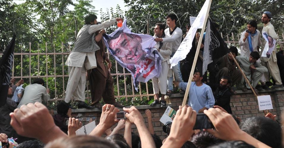 16.set.2012 - Afegãos colocam combustível em caricature do presidente dos EUA, Barack Obama, durante protesto contra filme que insulta o profeta Maomé, em Cabul