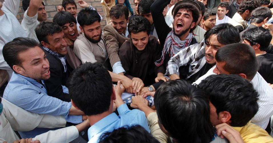 16.set.2012 - Afegãos tentam destruir uma bandeira dos EUA durante protesto, em Cabul, contra o filme de produção norte-americana que insulta o profeta Maomé