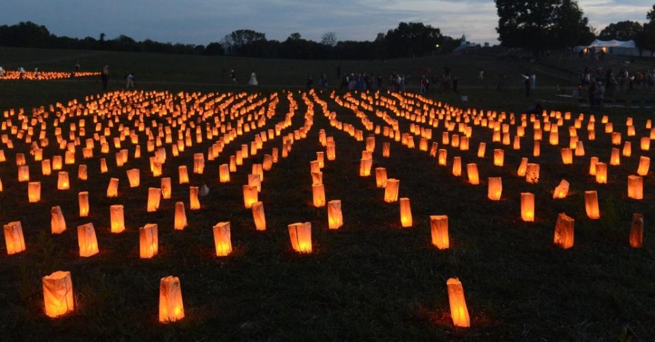 16.set.2012 - Cerca de 3.600 velas são colocadas em memória das pessoas que morreram na batalha de Antietam, em Boonsboro, no Estado americano de Maryland, no último sábado (15). A batalha, que deixou 23 mil soldados mortos, ocorreu no dia 17 de setembro de 1862
