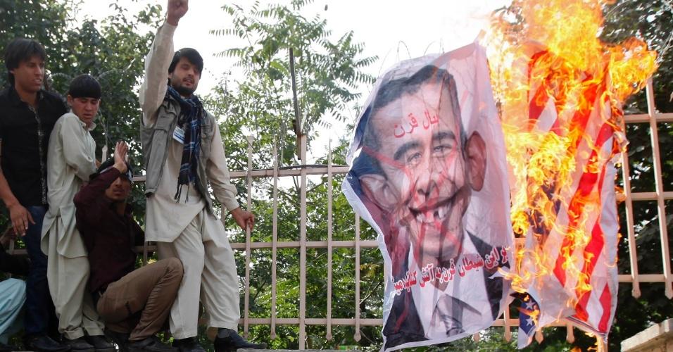 16.set.2012 - Estudantes afegãos colocam fogo em uma caricatura do presidente dos EUA, Barack Obama, durante protesto contra filme que insulta o profeta Maomé, em Cabul