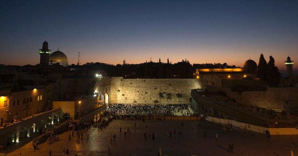 16.set.2012 - Judeus rezam no Muro das Lamentações - o local mais sagrado para o Judaísmo - na madrugada deste domingo (16), na Cidade Velha de Jerusalém (Israel)