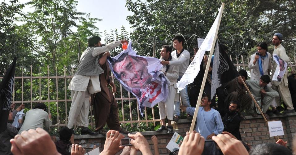 16.set.2012 - Manifestantes derramam gasolina enquanto se preparam para atear fogo em caricatura do presidente dos EUA, Barack Obama, durante protesto neste domingo (16), em Cabul, no Afeganistão