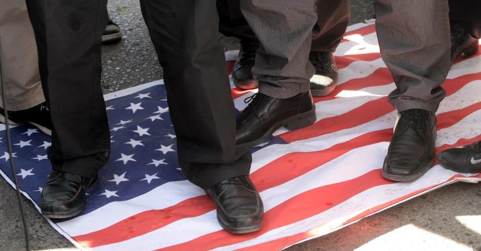 16.set.2012 - Manifestantes pisam em uma bandeira dos EUA durante protesto contra o filme que ridiculariza o profeta Maomé, em frente à embaixada norte-americana em Ancara, na Turquia