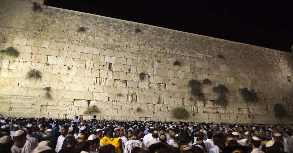 16.set.2012 - Milhares de judeus participam da cerimônia do perdão no Muro das Lamentações, no início do ano novo judaico (Rosh Hashaná), em Jerusalém, neste domingo (16). Os judeus celebram o início do ano 5773 (2012-2013)