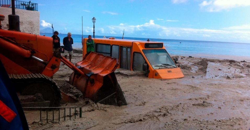 16.set.2012 - Moradores observam danos causados por um deslizamento de terra na ilha de Lipari, na Itália
