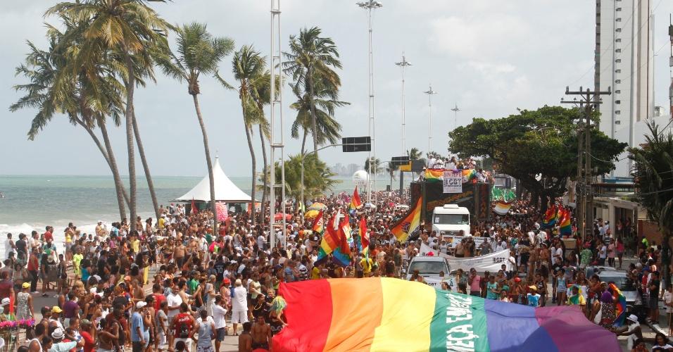 16.set.2012 - Participantes tomam a avenida de Boa Viagem para 11ª Parada da Diversidade Sexual no Recife (PE), neste domingo (16). A edição deste ano tem como tema ''Democracia em todos os cantos e vamos cantar um Pernambuco sem homofobia''
