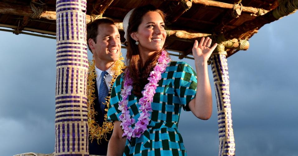 16.set.2012 - Príncipe William e sua mulher, a duquesa de Cambridge Catherine, saúdam moradores das Ilhas Salomão ao chegarem na capital do país, Honiara