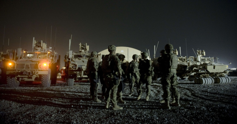 16.set.2012 - Soldados estrangeiros a serviço da Otan no Afeganistão se preparam para sair em patrulha noturna, em Kandahar