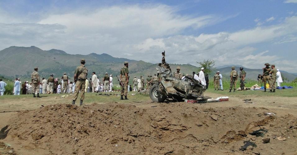 16.set.2012 - Taleban explode bomba sob caminhão que transportava trabalhadores e mata 14 pessoas, em Jandool, no Paquistão