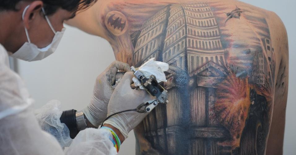 16.set.2012 - Tatuador finaliza tatuagem durante o 2º Brasília Art Tatto, neste domingo (16), último dia do evento. Segundo os organizadores, o festival que começou na sexta (14) reuniu mais de 10 mil pessoas no Centro de Convenções Ulisses Guimarães, na capital federal
