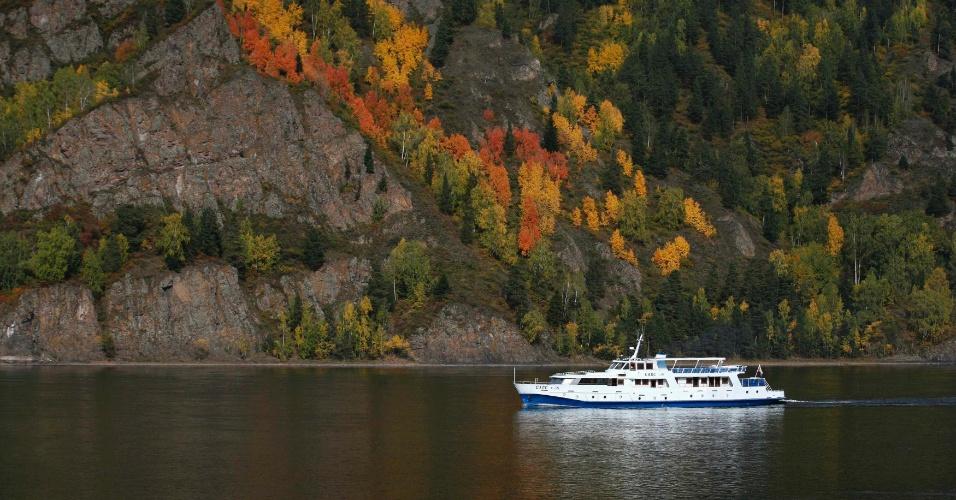 16.set.2012 - Um barco de turistas veleja no rio Yenisei, perto da cidade de Krasnoyarsk, na Rússia