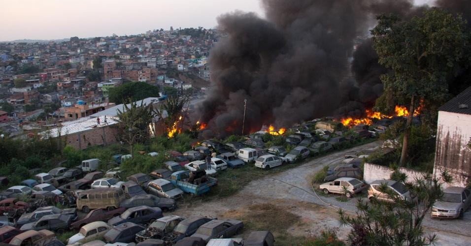 16.set.2012 - Um incêndio queima dezenas de carros apreendidos que estavam no  pátio da Polícia Militar, em Embu das Artes, no Jardim Vazame, na zona sul de São Paulo, neste domingo (16). Segundo os bombeiros ninguém ficou ferido, e as causas do incêndio ainda serão investigadas