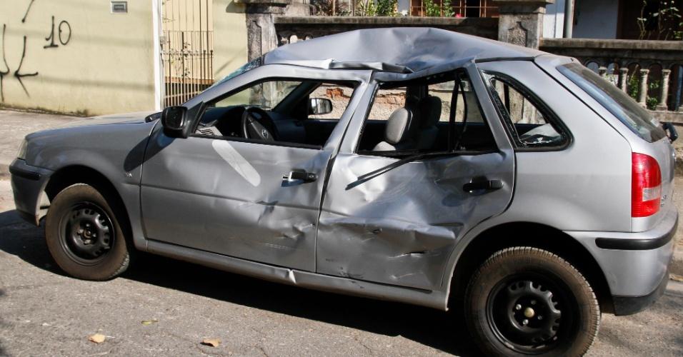 16.set.2012 - Um motociclista morreu ao batem em um carro no cruzamento da avenida Prof. Luiz Ignacio de Anhaia Melo com a rua Ibitirama, na vila Prudente, em São Paulo. Segundo a Polícia Militar, o veículo descia a Ibitirama pela contramão e atravessou no farol vermelho quando foi atingido pela moto. O motorista fugiu sem prestar socorro, mas foi encontrado poucos metros adiante, ainda no automóvel