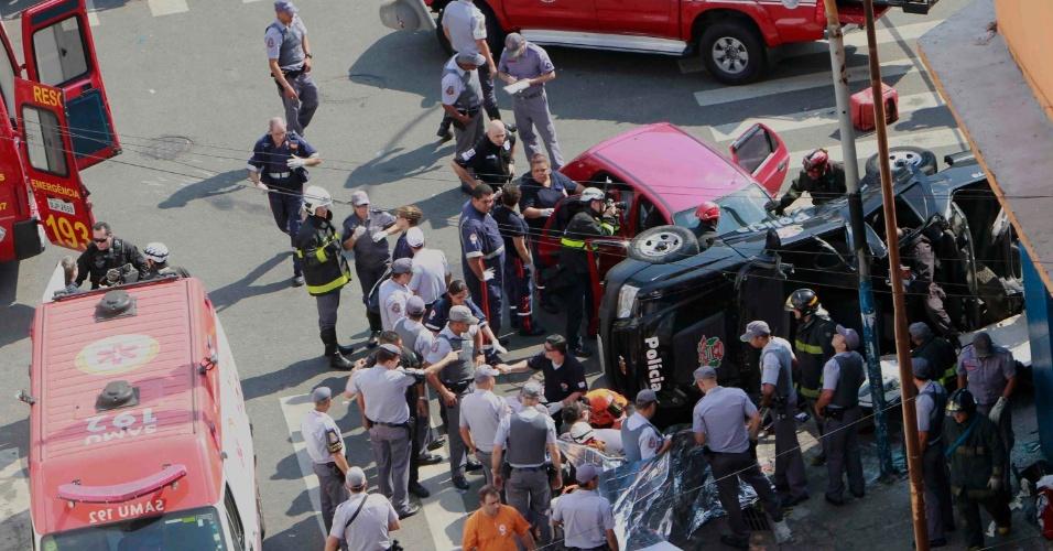 16.set.2012 - Um carro do Garra (Grupo Armado de Repressão a Roubos e Assaltos da Polícia Civil) tombou após bater em outro veículo na rua Conselheiro Nebias, no centro de São Paulo, na tarde deste domingo (16). Não foi informado o número de feridos
