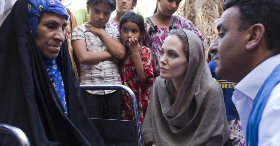 Atriz Angelina Jolie conversa com mulher refugiada no Iraque (15/9/12)