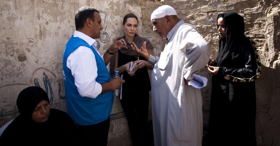 Atriz Angelina Jolie conversa com mulher refugiada no Iraque (15/9/12)
