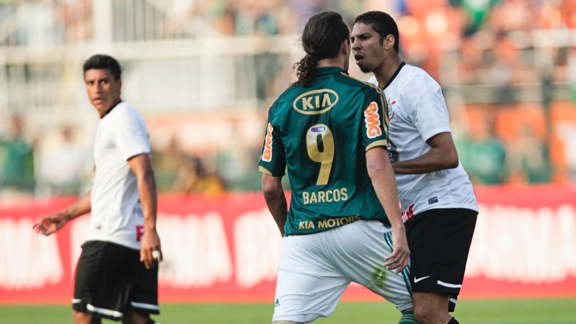 Barcos, do Palmeiras, e Wallace, do Corinthians, discutem após pisão sofrido pelo argentino