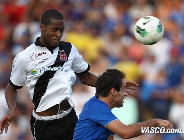 Dedé cabeceia bola durante confronto com o Cruzeiro, disputado em Minas Gerais