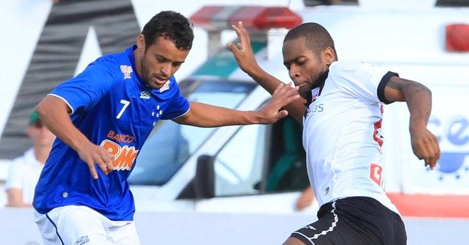 Dedé, do Vasco, tenta tirar bola de Charles, do Cruzeiro durante partida válida pela 25ª rodada do Brasileiro em Varginha