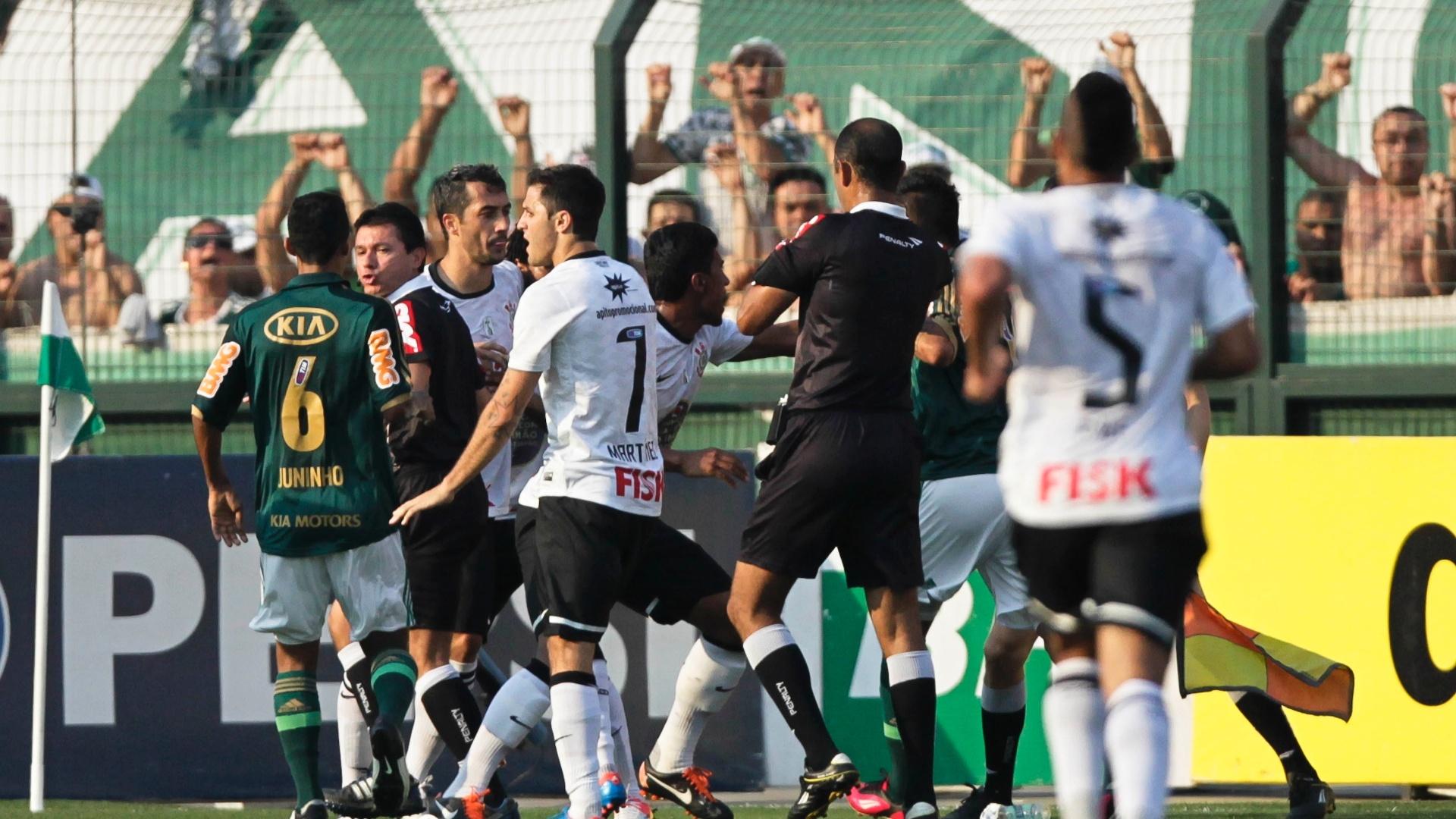 Jogadores de Corinthians e Palmeiras começam confusão após comemoração provocativa de Romarinho