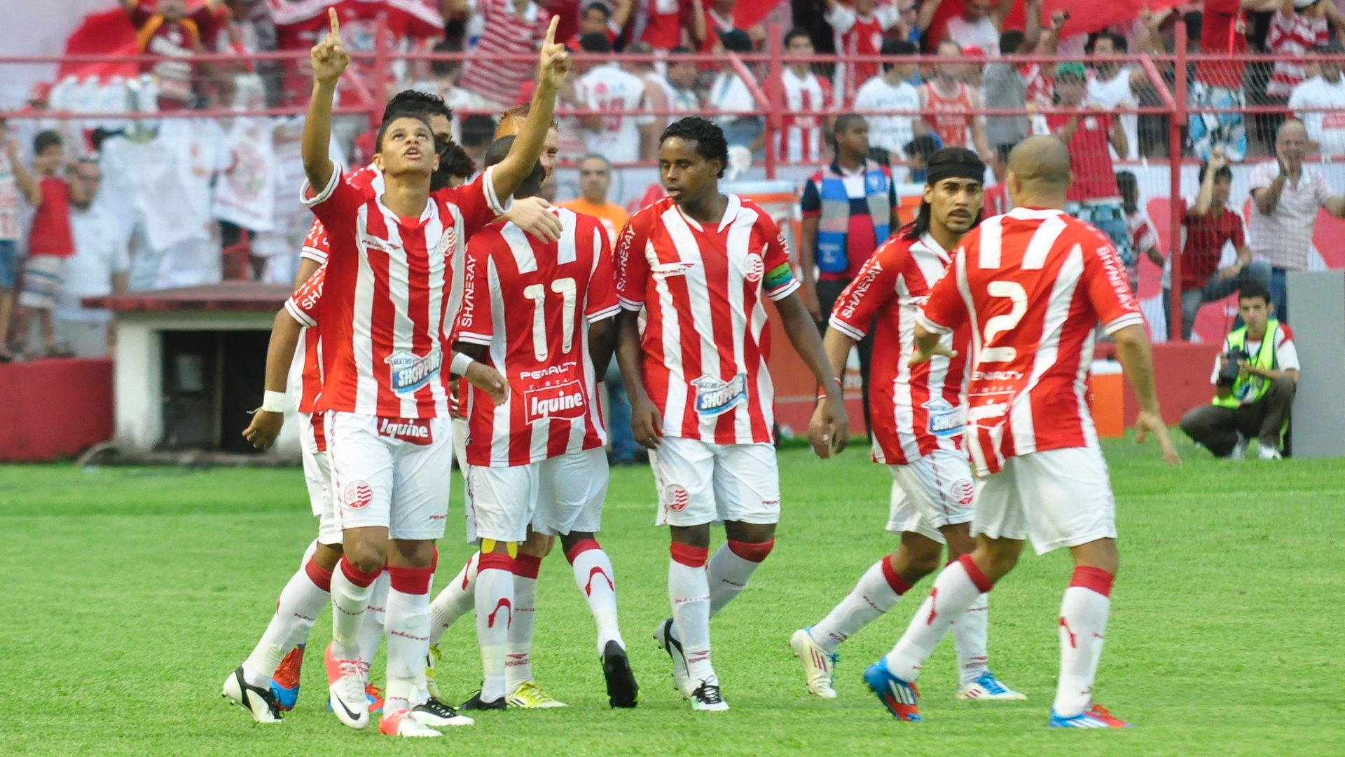 Jogadores do Náutico comemoram gol de Souza na vitória sobre o Atlético-MG nos Aflitos
