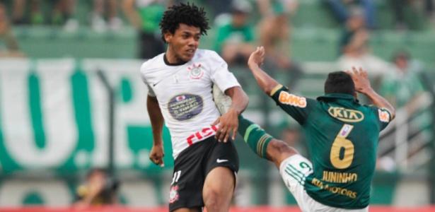 Jogadores do Corinthians e do Palmeiras disputam lance no último clássico