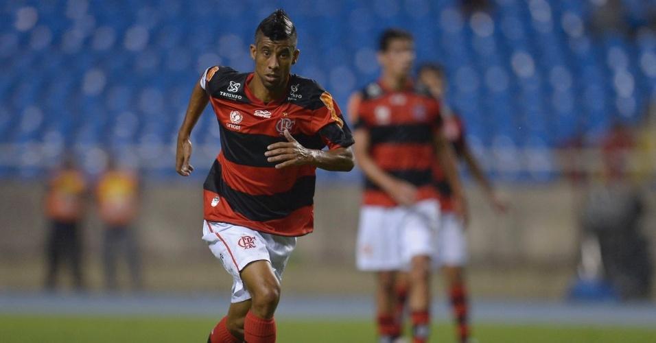 Léo Moura carrega bola para o ataque na partida contra o Grêmio no Engenhão
