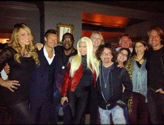 """Nicki Minaj publicou em seu Twitter uma foto com a cantora Mariah Carey, o cantor Keith Urban e o apresentador Ryan Seacrest. """"É oficial: novos jurados do American Idol"""", escreveu a cantora, nova jurada do programa (16/9/12)"""