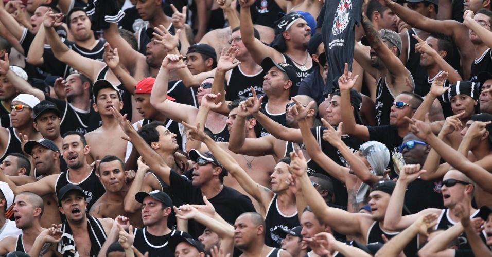Torcida do Corinthians canta nas arquibancadas do Pacaembu durante clássico contra o Palmeiras