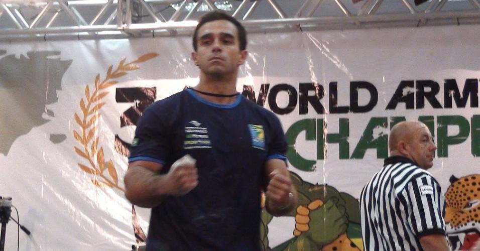 Vitor Pareja comemora vitória na disputa do Mundial de luta de braço; paulista foi oitavo no braço direito