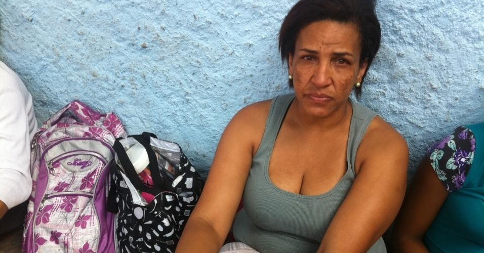 17.set.2012 - A moradora Mariângela dos Santos Soares, 44, que estava no trabalho e foi avisada pela filha do incêndio na favela do Moinho, em São Paulo, nesta segunda-feira (17)