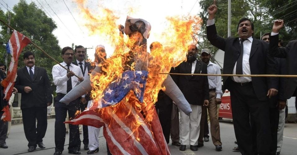 17.set.2012 - Advogados paquistaneses protestam em frente a boneco com imagem do presidente dos Estados Unidos Barack Obama na cidade de Multan nesta segunda-feira (17)
