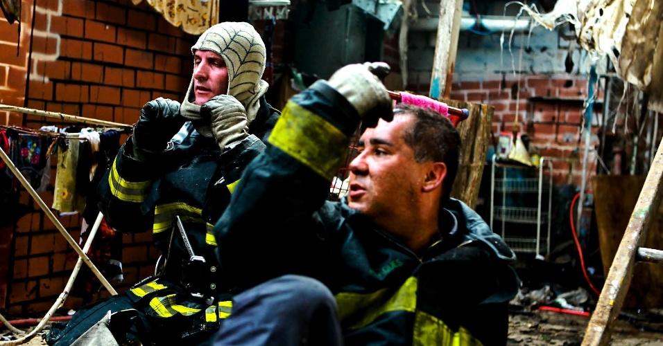 17.set.2012 - Bombeiros se preparam para retomar o trabalho na favela do Moinho, em São Paulo, atingida por um incêndio na manhã desta segunda-feira (17). Uma pessoa morreu, e 80 barracos foram destruídos
