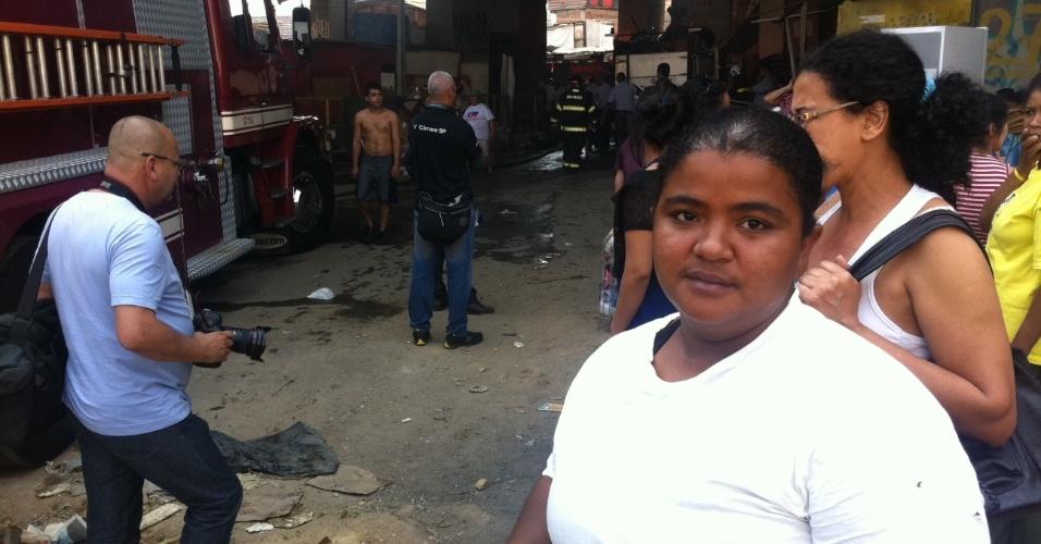 17.set.2012 - Camila dos Santos, 24, ex-moradora da favela do Moinho, em São Paulo, esteve no local para saber informações sobre amigos e parentes que moram no local após o incêndio desta manhã. Os bombeiros confirmaram a morte de uma pessoa