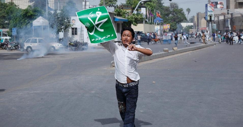 17.set.2012 - Estudante exibe cartaz com nome do profeta Maomé durante protesto antiamericano em Karachi, no Paquistão