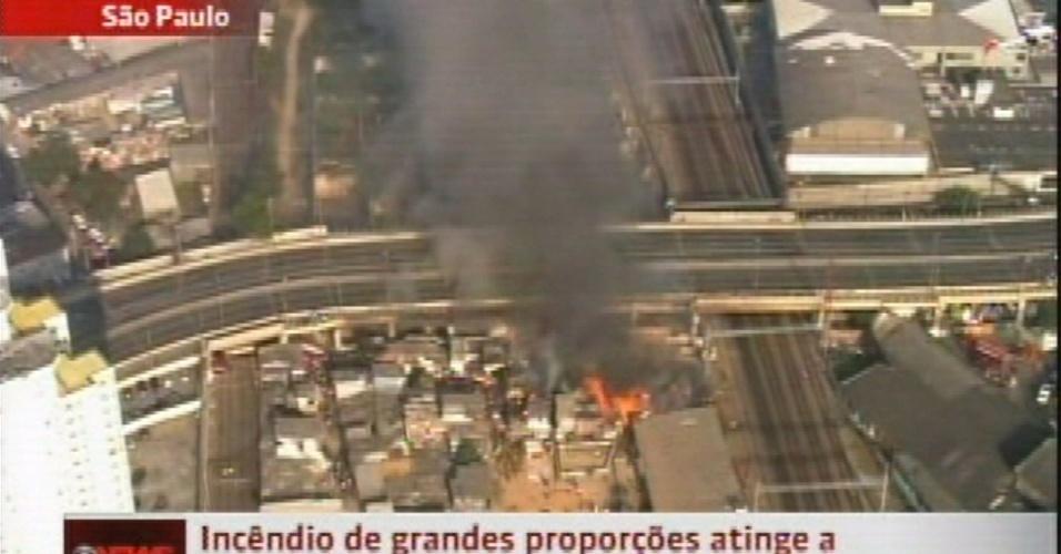 17.set.2012 - Incêndio atinge a favela do Moinho, em São Paulo, na manhã desta segunda-feira (17), embaixo do viaduto Engenheiro Orlando Murgel, no centro da cidade. Devido ao fogo, o viaduto foi interditado pela polícia