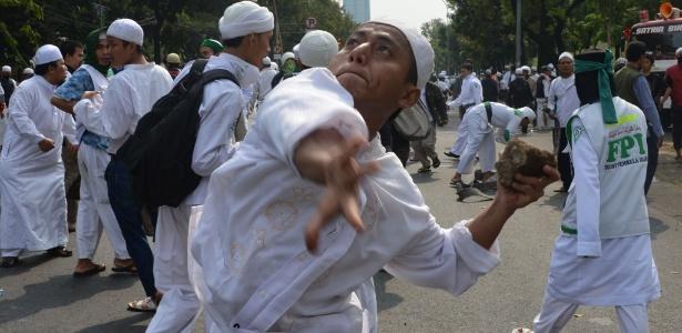 Manifestante muçulmano atira pedra durante protesto contra filme que critica Maomé