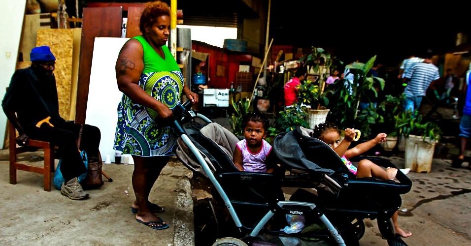 17.set.2012 - Moradora com duas crianças pequenas aguarda em área isolada da favela do Moinho, em São Paulo, após um incêndio atingir o local na manhã desta segunda-feira (17). Os bombeiros confirmaram a morte de uma pessoa. Segundo a Defesa Civil, 80 barracos foram destruídos e 300 pessoas ficaram desabrigadas