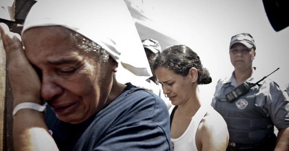 17.set.2012 - Moradores choram em meio aos escombros do incêndio que atingiu a favela do Moinho, região central de São Paulo, na manhã desta segunda-feira (17). Ao menos uma pessoa morreu e cerca de 50 famílias ficaram desabrigadas. Segundo a polícia, o suspeito de iniciar o fogo na comunidade foi preso e é acusado de ter trancado o parceiro em um barraco em chamas após uma briga