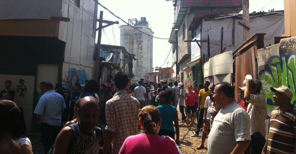 17.set.2012 - Moradores da favela do Moinho, atingida por mais um incêndio na manhã desta segunda-feira (17). Os bombeiros confirmaram a morte de uma pessoa