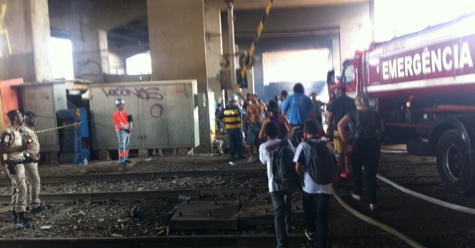 17.set.2012 - Moradores da favela do Moinho deixa área atingida por um incêndio na manhã desta segunda-feira (17). Os bombeiros confirmaram a morte de uma pessoa