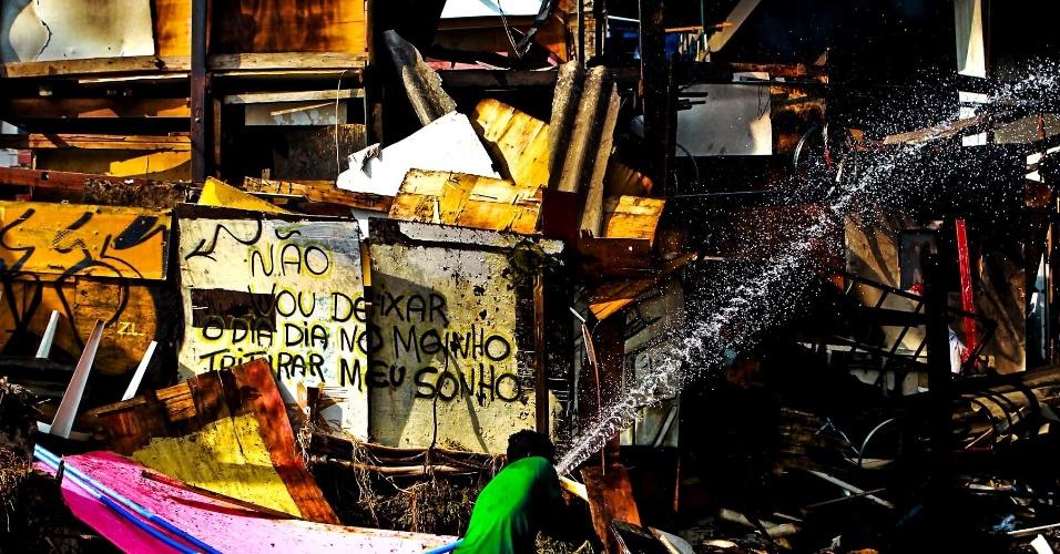 17.set.2012 - Recado escrito por morador em um barraco da favela do Moinho, em São Paulo. A favela foi novamente atingida por um incêndio na manhã desta segunda-feira (17). Uma pessoa morreu, segundo os bombeiros