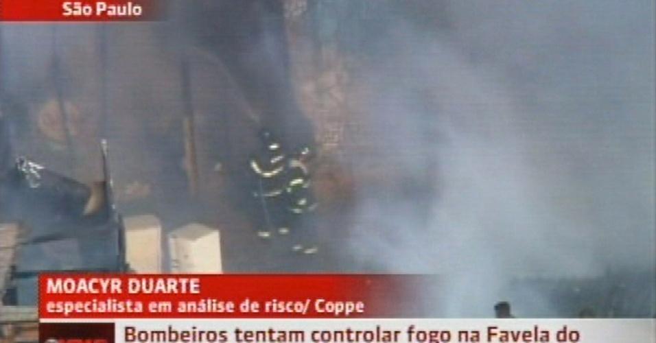 17.set.2012 - Um incêndio atingiu a favela do Moinho, em São Paulo, na manhã desta segunda-feira (17), embaixo do viaduto Engenheiro Orlando Murgel, no centro da cidade. O fogo, que começou pouco depois das 7h, foi controlado às 8h30