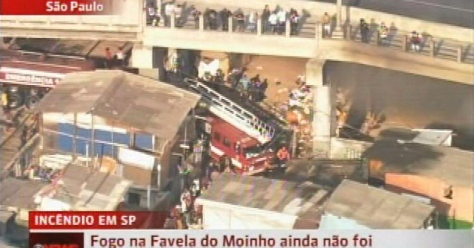 17.set.2012 Bombeiros tentam controlar o incêndio na favela do Moinho, em São Paulo, na manhã desta segunda-feira (17)