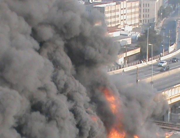17.set.2012 Coluna de fumaça no  incêndio que atinge a favela do Moinho, em São Paulo, na manhã desta segunda-feira (17). O fogo se concentra num ponto embaixo do viaduto Engenheiro Orlando Murgel, no centro da cidade