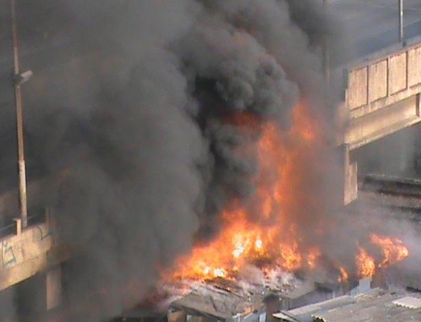 17.set.2012 Incêndio atinge a favela do Moinho, em São Paulo, na manhã desta segunda-feira (17). O fogo se concentra num ponto embaixo do viaduto Engenheiro Orlando Murgel, no centro da cidade