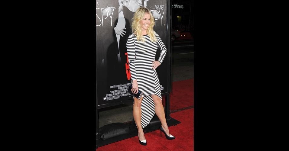 A atriz norte-americana Chelsea Handler escolheu vestido mullet com listras. O modelo de malha e mangas compridas é justinho e possui saia assimétrica