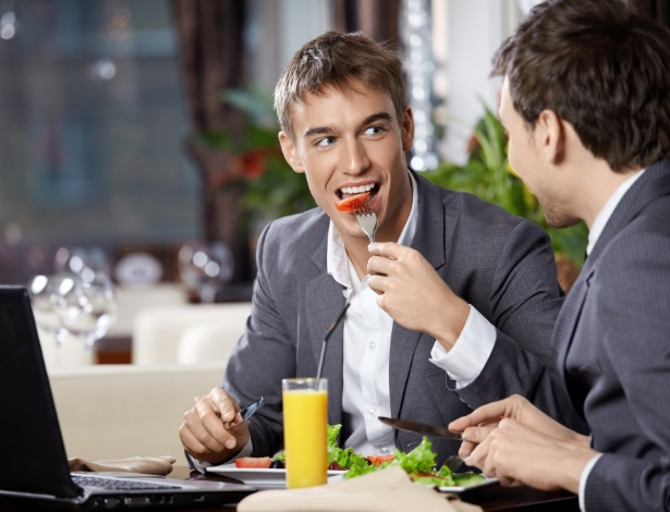 A mastigação adequada ajuda o corpo a absorver melhor os nutrientes e inibe o consumo excessivo de comida